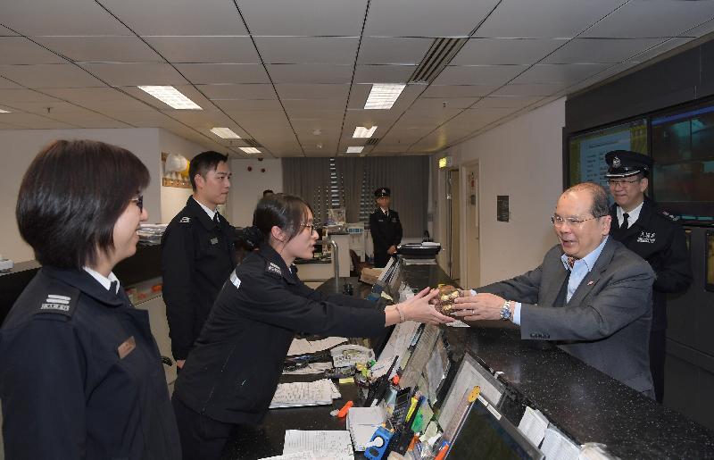 政务司司长张建宗(右二)今早(二月十六日)到访深圳湾管制站,并探访当值的入境事务处前线人员。