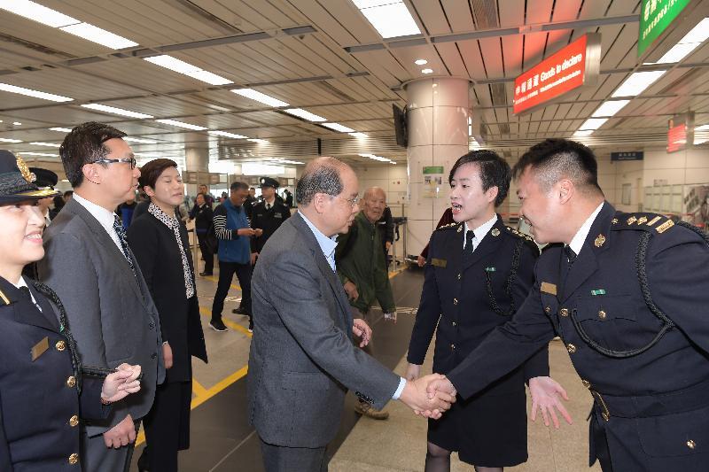 政务司司长张建宗(右三)今早(二月十六日)在海关关长邓以海(左二)陪同下到访深圳湾管制站,并探访当值的香港海关前线人员。