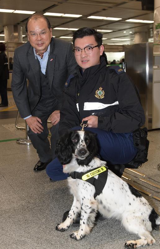 政务司司长张建宗(左)今早(二月十六日)到访深圳湾管制站,并探访当值的香港海关前线人员。
