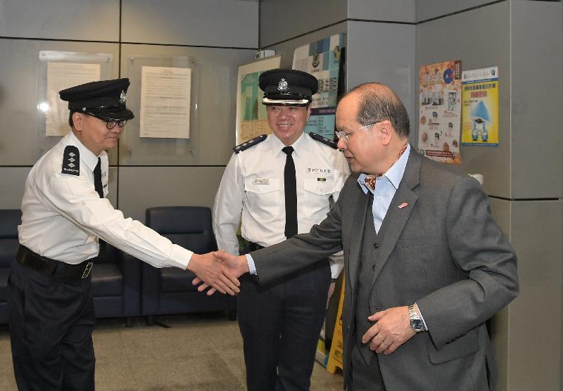 政务司司长张建宗(右)今早(二月十六日)到访深圳湾管制站,并探访当值的香港警务处前线人员。