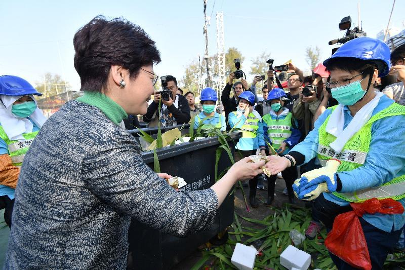 行政長官林鄭月娥今日(二月十六日)大年初一早上,到維多利亞公園視察年宵市場清潔工作。圖示林鄭月娥(左)與當值的食物環境衞生署同事交談。