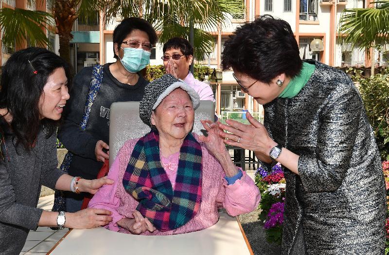 行政長官林鄭月娥(右)今日(二月十六日)大年初一早上,到慈雲山一間社會福利署合約院舍探訪長者,向他們送上節日祝賀。