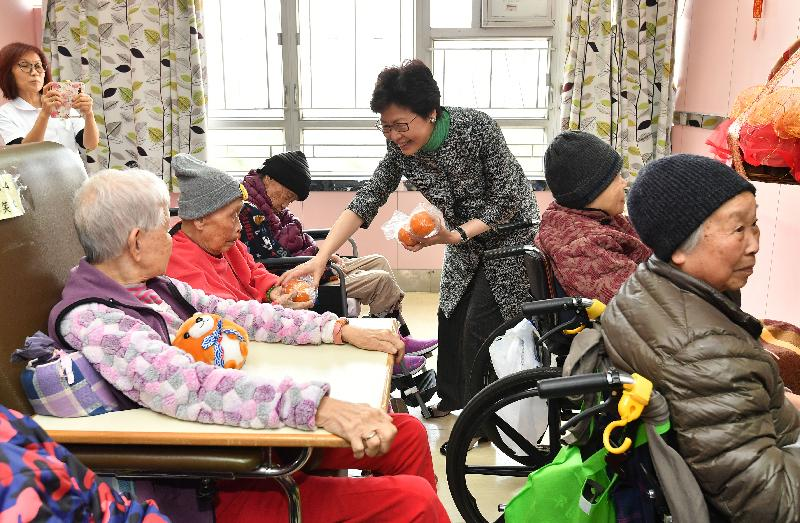 The Chief Executive, Mrs Carrie Lam (centre) visited elderly residents in a contract home of the Social Welfare Department in Tsz Wan Shan this morning (February 16) to extend her Lunar New Year greetings to them. Photos shows Mrs Lam presenting a mandarin orange to a resident, wishing her a sweet and auspicious year ahead.