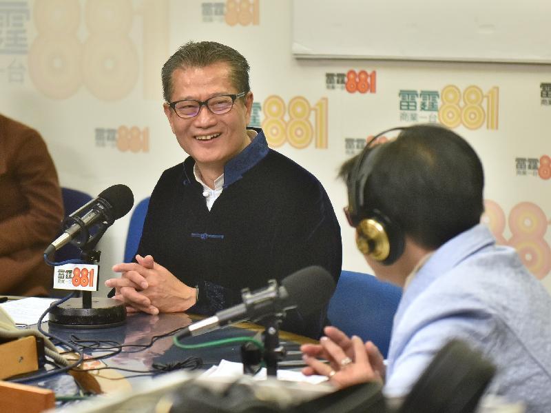 財政司司長陳茂波(左)今早(二月十七日)出席商業電台節目「政經星期六」。