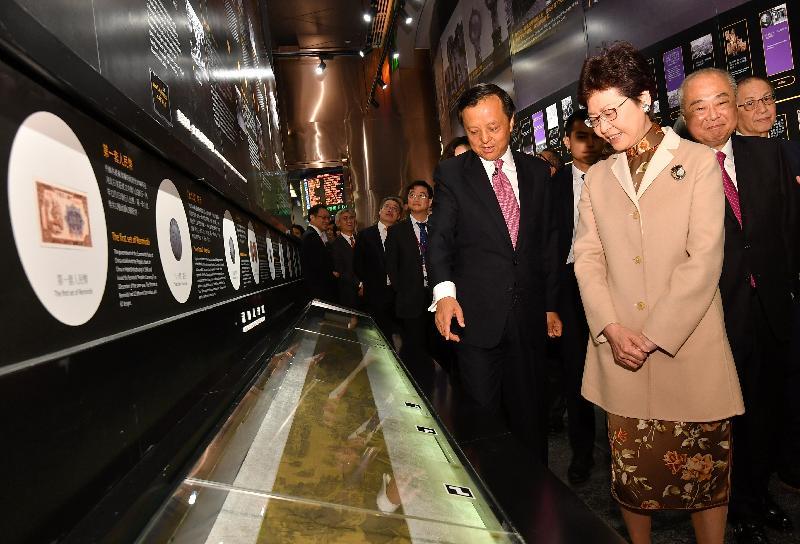 行政長官林鄭月娥今日(二月二十日)出席香港金融大會堂開幕及農曆新年首個交易日開市儀式。圖示林鄭月娥(右一)參觀香港金融大會堂。