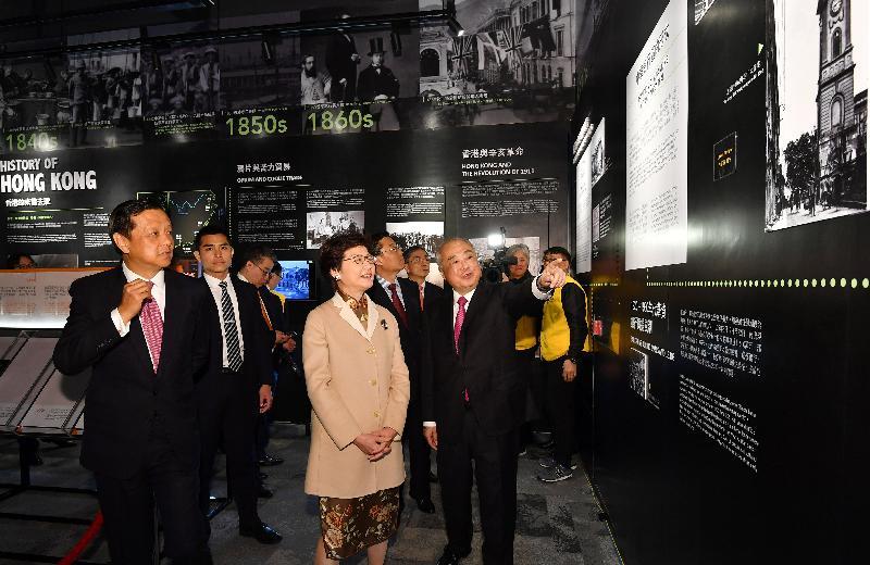行政長官林鄭月娥今日(二月二十日)出席香港金融大會堂開幕及農曆新年首個交易日開市儀式。圖示林鄭月娥(左二)參觀香港金融大會堂。