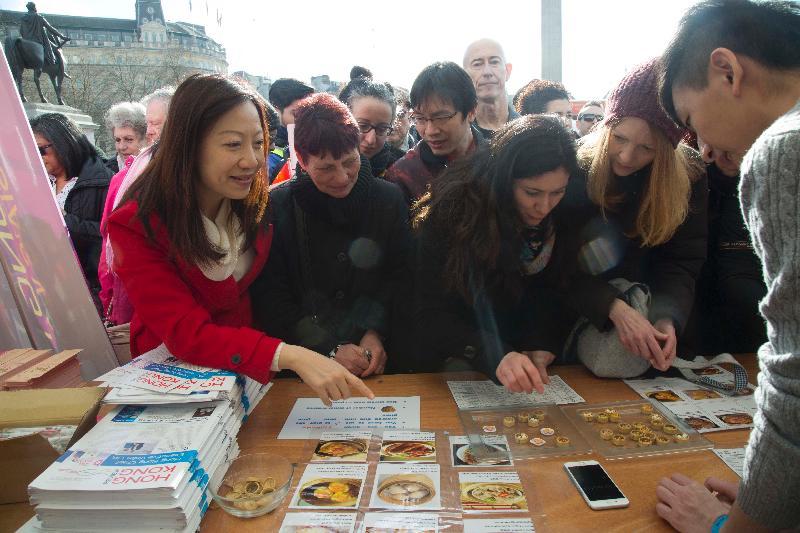 香港駐倫敦經濟貿易辦事處(倫敦經貿辦)處長杜潔麗於二月十八日(倫敦時間)與訪客參與倫敦經貿辦特拉法加廣場攤位的特色香港傳統遊戲。