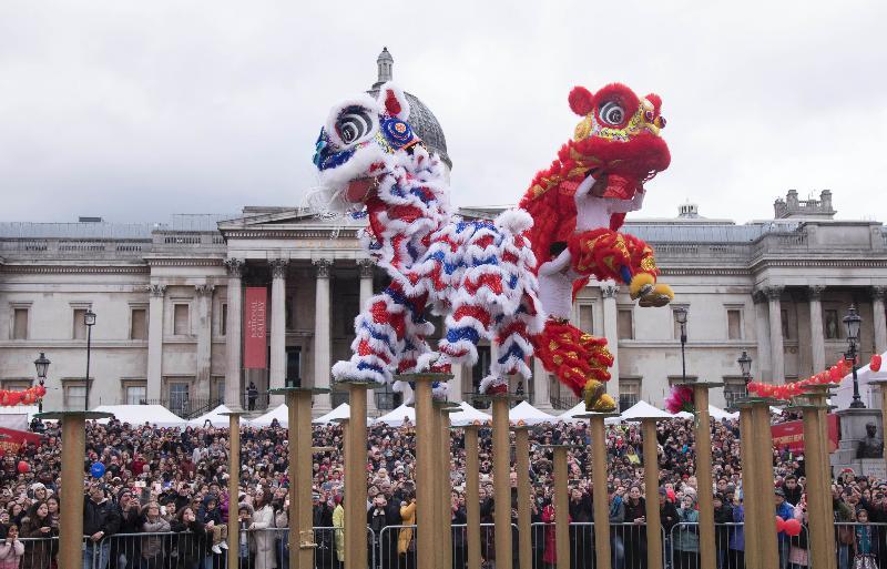 觀眾二月十八日(倫敦時間)在特拉法加廣場欣賞倫敦唐人街新春慶典的「飛樁舞獅」表演。