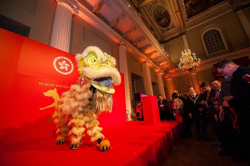 香港駐倫敦經濟貿易辦事處於二月二十一日(倫敦時間)在倫敦舉行新春酒會。圖示舞獅在酒會表演助興。