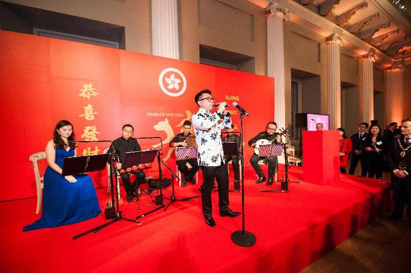 香港駐倫敦經濟貿易辦事處二月二十一日(倫敦時間)在倫敦舉行新春酒會。圖示香港樂團「藝‧行者」在酒會表演。