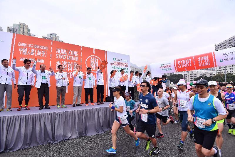 政務司司長張建宗(左三)和其他嘉賓今日(二月二十五日)在觀塘繞道主持2018香港街馬@九龍起步儀式。