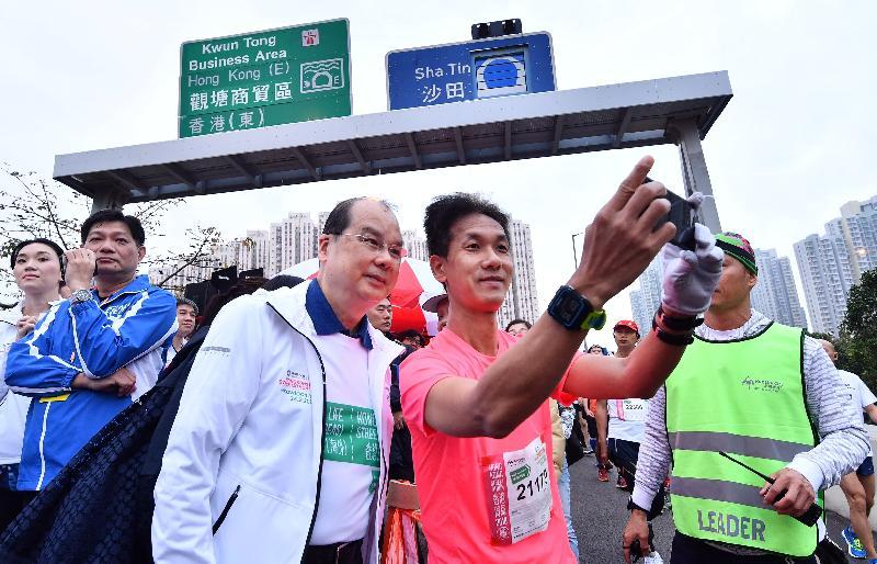 政務司司長張建宗(前排左)今日(二月二十五日)在觀塘繞道出席2018香港街馬@九龍起步儀式,並與跑手合照。