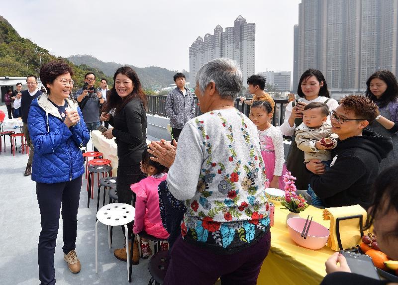 行政長官林鄭月娥(左一)今日(二月二十五日)下午到訪「深井光屋」,與數十名「光屋」住客一起吃開年飯,共慶新春。