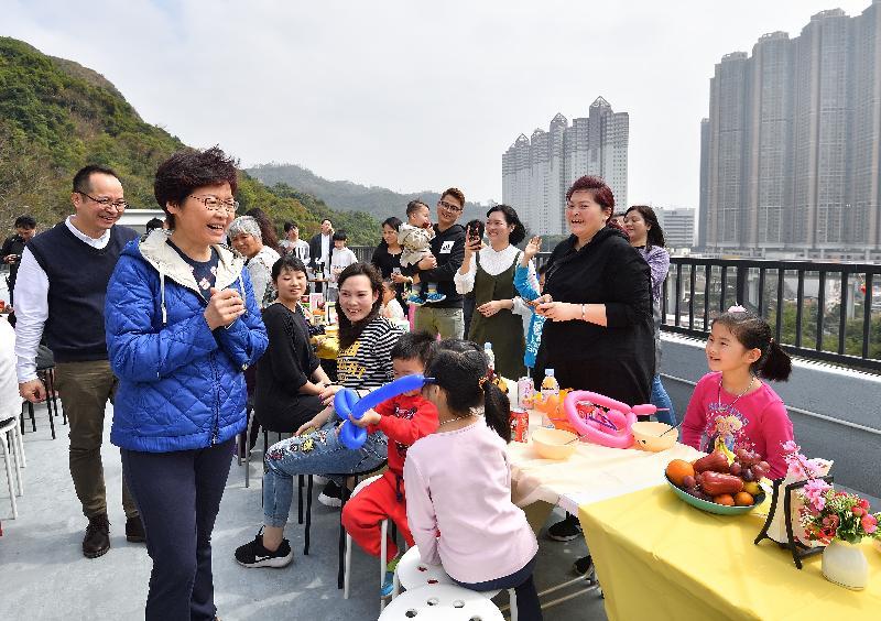 行政長官林鄭月娥(左二)今日(二月二十五日)下午到訪「深井光屋」,與數十名「光屋」住客一起吃開年飯,共慶新春。