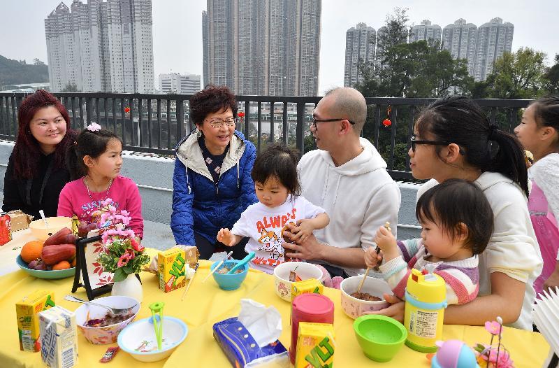 行政長官林鄭月娥(左三)今日(二月二十五日)下午到訪「深井光屋」,與數十名「光屋」住客一起吃開年飯,共慶新春。