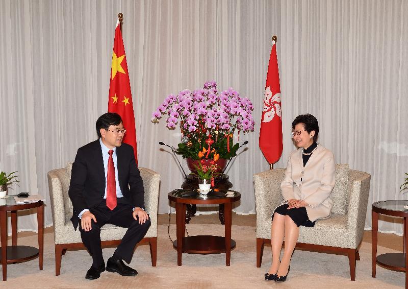 行政長官林鄭月娥(右)今日(二月二十六日)上午在行政長官辦公室與中山市委書記陳旭東(左)會面。