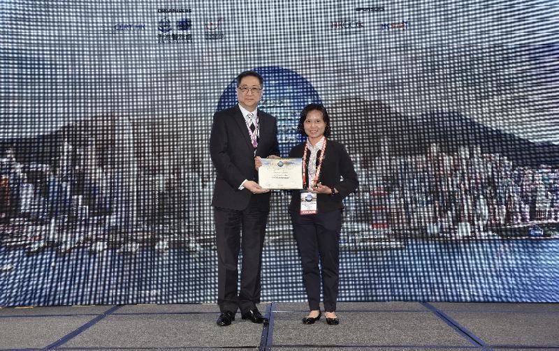 警務處處長盧偉聰今日(二月二十六日)頒發獎座及獎狀予其中一名得獎者。