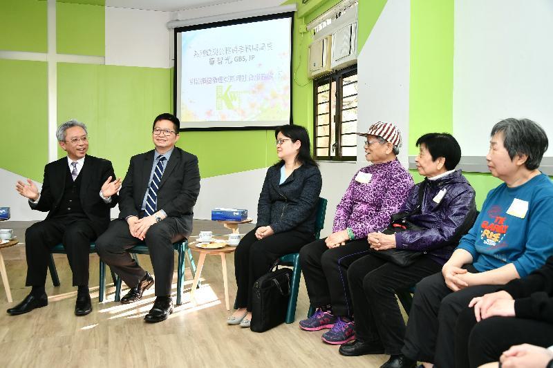 公務員事務局局長羅智光今日(二月二十七日)到訪葵青區。圖示羅智光(左一)在循道衛理亞斯理社會服務處與長者交談,了解他們的日常生活和需要。旁為葵青區議會主席羅競成(左二)。