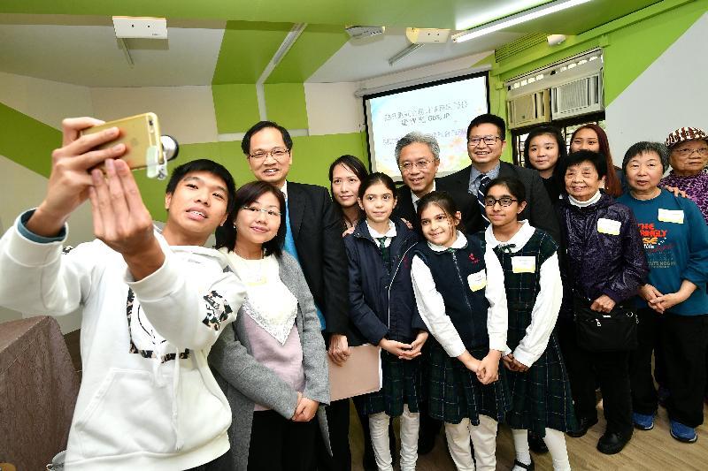 公務員事務局局長羅智光今日(二月二十七日)到訪葵青區。圖示羅智光在循道衛理亞斯理社會服務處與長者、青年義工和非華裔學生自拍合照。