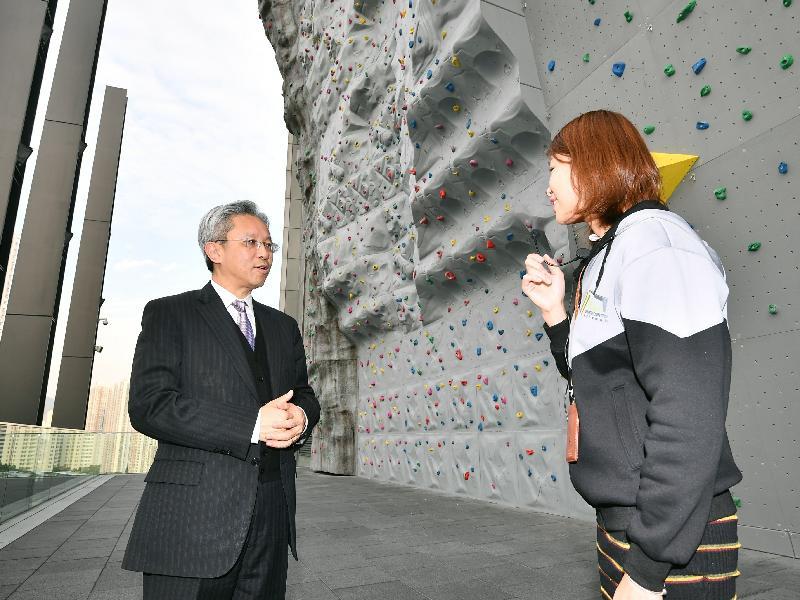 公務員事務局局長羅智光今日(二月二十七日)到訪葵青區。圖示羅智光(左)參觀青衣西南康體大樓,了解大樓的康體設施。