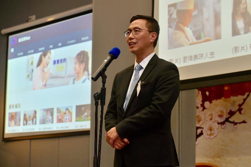 教育局局長楊潤雄今日(二月二十七日)出席「教育局與家長新春聚會」,並向家長代表介紹教育局新推出的一站式家長教育網頁「家長智NET」。
