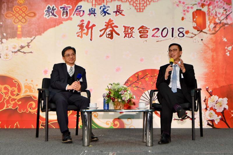 教育局局長楊潤雄(右)和永不放棄同學會創辦人麥潤壽(左)今日(二月二十七日)向家長代表講述家長教育的重要性。