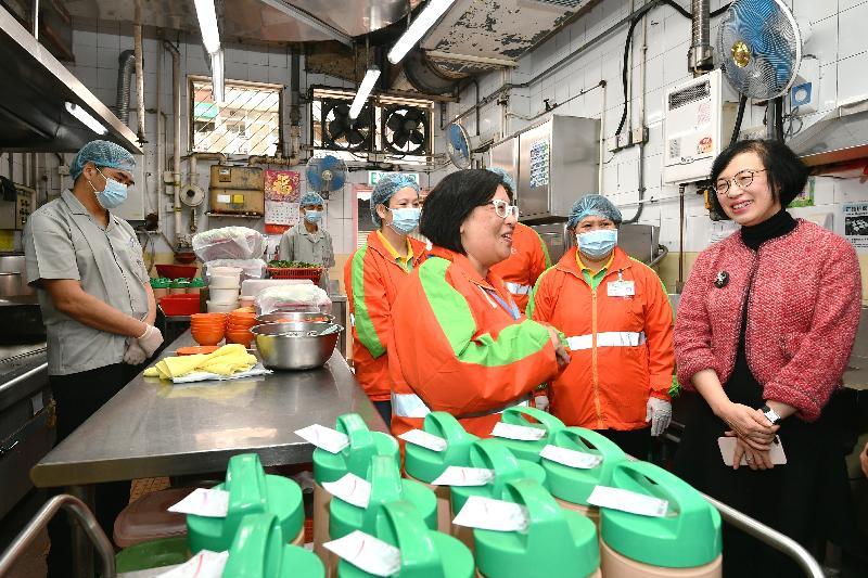食物及衞生局局長陳肇始教授(右一)今日(二月二十七日)參觀位於元朗的博愛醫院王東源夫人長者地區中心,了解中心提供的膳食和送餐服務。