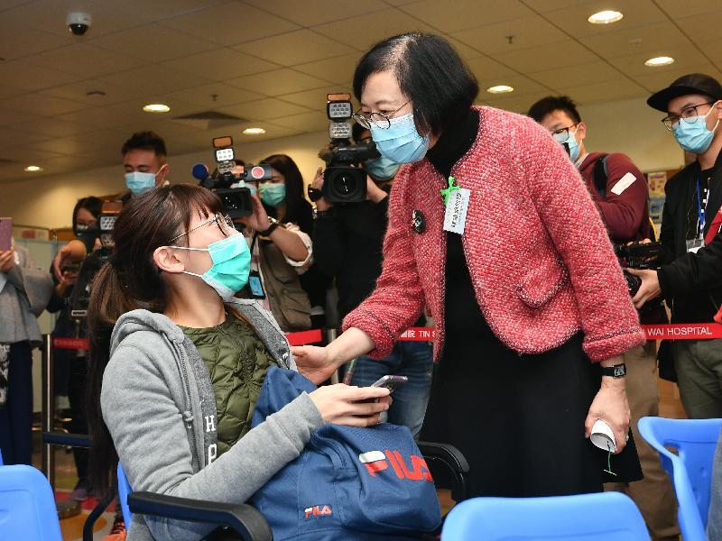 食物及衞生局局長陳肇始教授(右)今日(二月二十七日)到訪天水圍醫院,了解急症室的運作。由三月二十一日起,天水圍醫院的急症室服務會延長至每日十二小時。