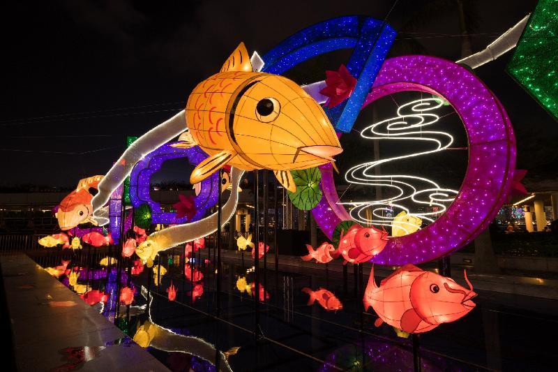 康樂及文化事務署將舉行大型綵燈會和綵燈展,與市民共慶元宵佳節。其中於香港文化中心露天廣場舉行的春節專題綵燈展「魚躍香江樂滿城」將展出至三月四日。