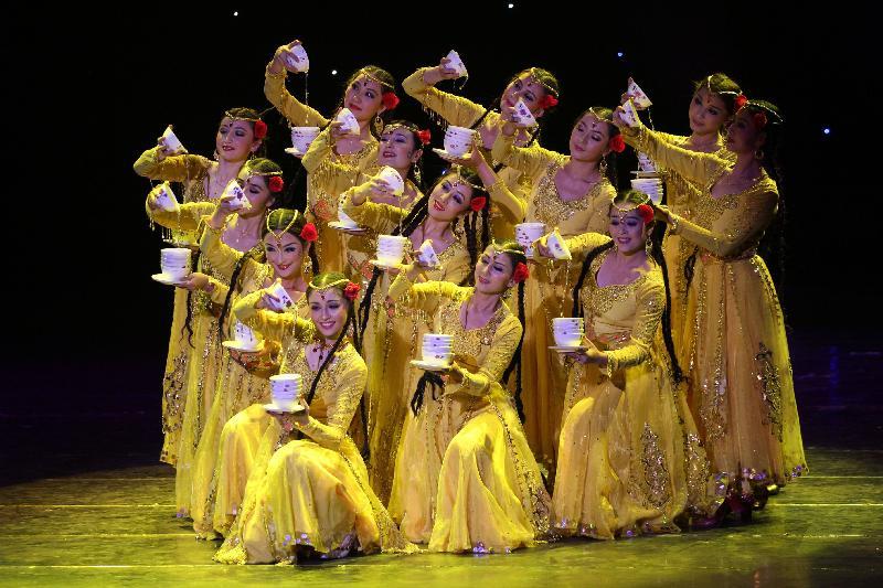 康樂及文化事務署將舉行大型綵燈會和綵燈展,與市民共慶元宵佳節。其中新疆藝術團將在三場綵燈會中演出富民族風采的歌舞及雜技。