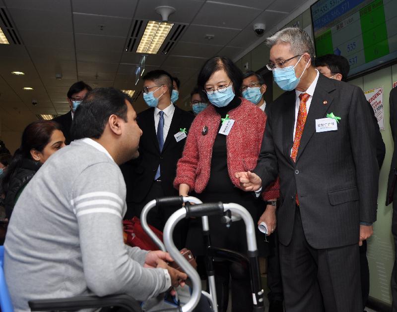 醫院管理局主席梁智仁教授(右一)陪同食物及衞生局局長陳肇始教授(右二)今日(二月二十七日)參觀天水圍醫院急症室。