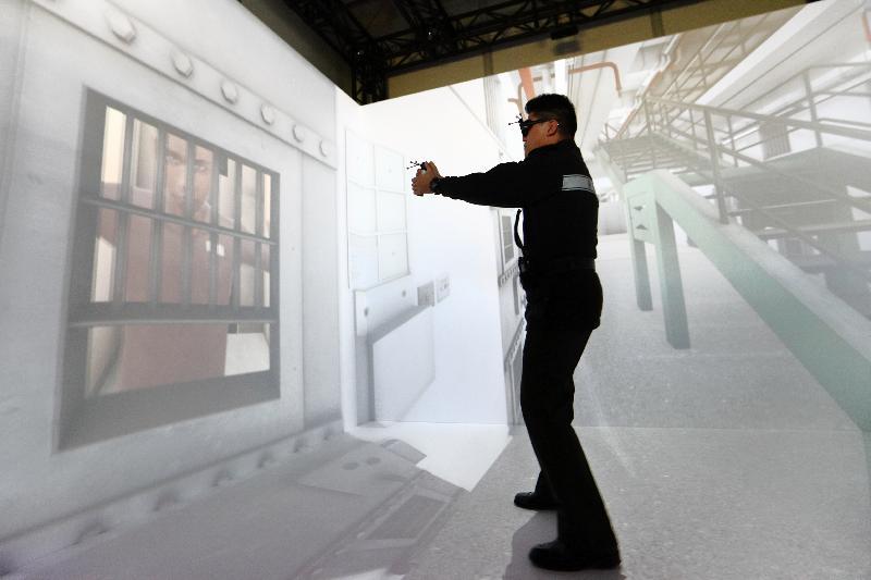 懲教署今日(二月二十七日)舉行周年記者會,回顧該署去年的工作。圖示懲教人員示範虛擬實境訓練。