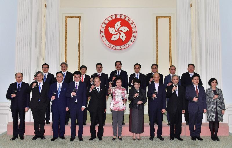 行政長官林鄭月娥(前排中)與政府高級官員今日(二月二十八日)在禮賓府新春酒會上向嘉賓祝酒。