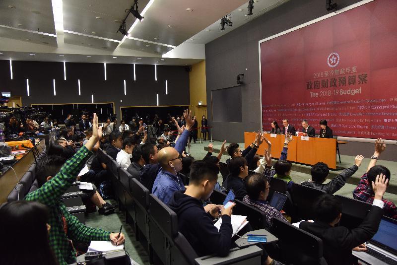 財政司司長陳茂波(左二)今日(二月二十八日)下午在添馬政府總部舉行二零一八至一九年度《財政預算案》記者會,並回應提問。