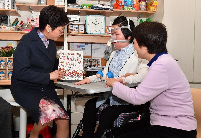 行政長官林鄭月娥今日(三月一日)到香港大學學生宿舍探望脊髓肌肉萎縮症病人周佩珊。圖示林鄭月娥(左)向周佩珊(中)致送多謝卡,感謝她一直以來為脊髓肌肉萎縮症病人的福祉所作的努力。