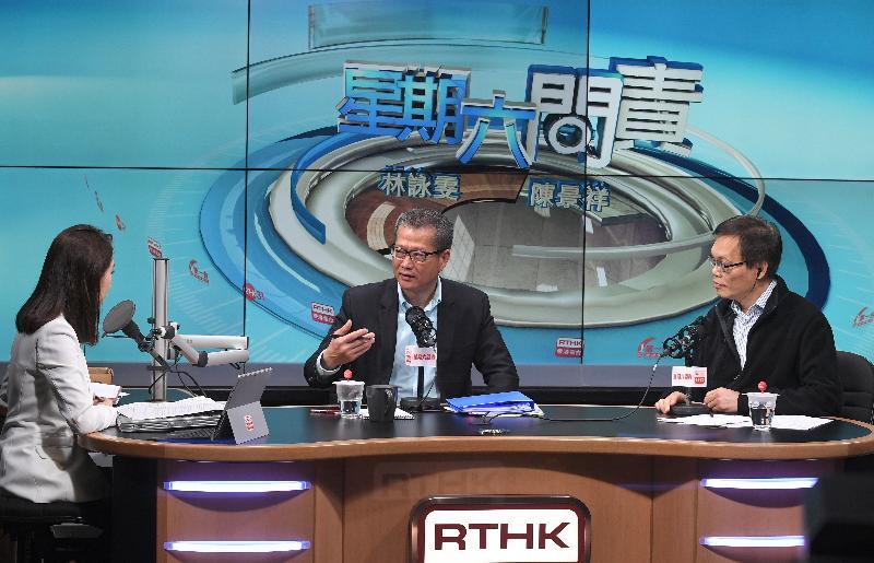 財政司司長陳茂波(中)今日(三月三日)上午出席香港電台節目《星期六問責》,回應有關二零一八至一九年度《財政預算案》的提問。
