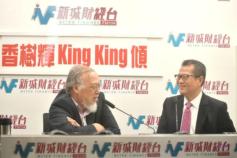 財政司司長陳茂波(右)今日(三月五日)上午出席新城財經台節目《香樹輝King King傾》,回應有關二零一八至一九年度《財政預算案》的提問。