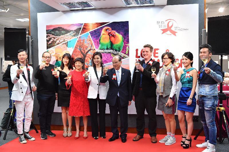 政務司司長張建宗(右五)今日(三月五日)出席「關懷愛滋」舉辦的兼愛並融藝術作品展開幕禮,並與「關懷愛滋」行政總監齊治之(右四)和參展藝術家主持祝酒儀式。