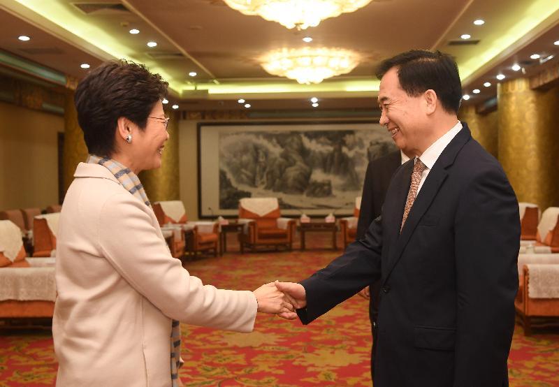 行政長官林鄭月娥今日(三月四日)在北京與廣東省委書記李希和廣東省省長馬興瑞會面。圖示林鄭月娥(左)與李希(右)在會面前握手。