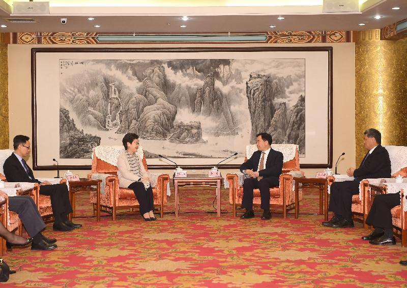 行政長官林鄭月娥(左二)今日(三月四日)在北京與廣東省委書記李希(右二)和廣東省省長馬興瑞(右一)會面。政制及內地事務局局長聶德權(左一)亦有出席。