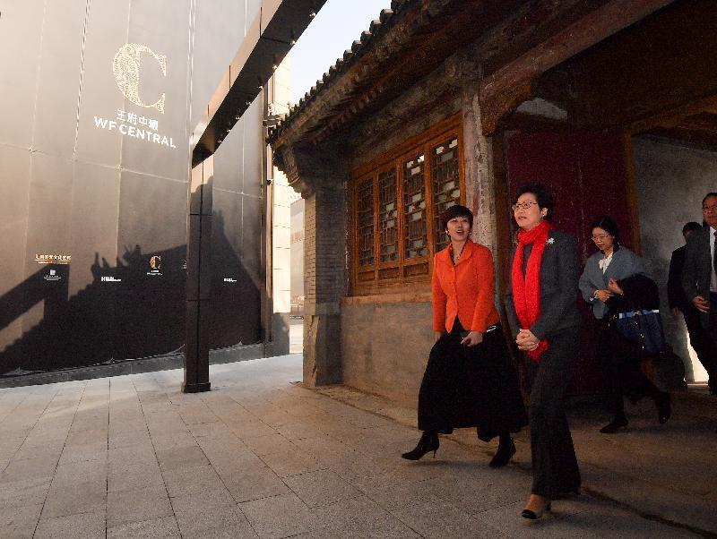 行政長官林鄭月娥(左二)今日(三月五日)在北京王府井參觀王府中環商業項目。