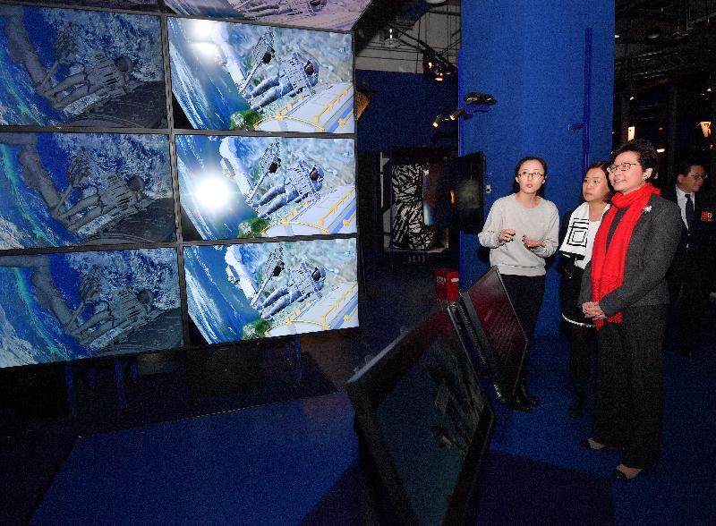 行政長官林鄭月娥今日(三月五日)在北京王府井參觀王府中環商業項目。圖示林鄭月娥(右一)參觀「數碼巴比肯」展覽。