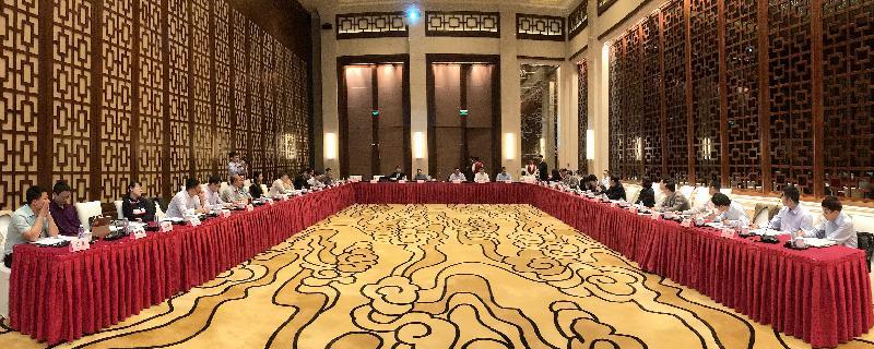 無  規  定  馬  屬  動  物  疫  病  區  及  廣  州  馬  場  重  點  項  目  工  作  組  (  工  作  組  )  今  明  兩  日  (  三  月  六  至  七  日  )  舉  行  首  次  會  議  。  圖  示  由  內  地  及  香  港  相  關  部  門  及  機  構  的  專  家  代  表  組  成  的  工  作  組  在  會  議  上  討  論  從  化  無  規  定  馬  屬  動  物  疫  病  區  及  香  港  賽  馬  會  廣  州  馬  匹  訓  練  場  的  最  新  情  況  。