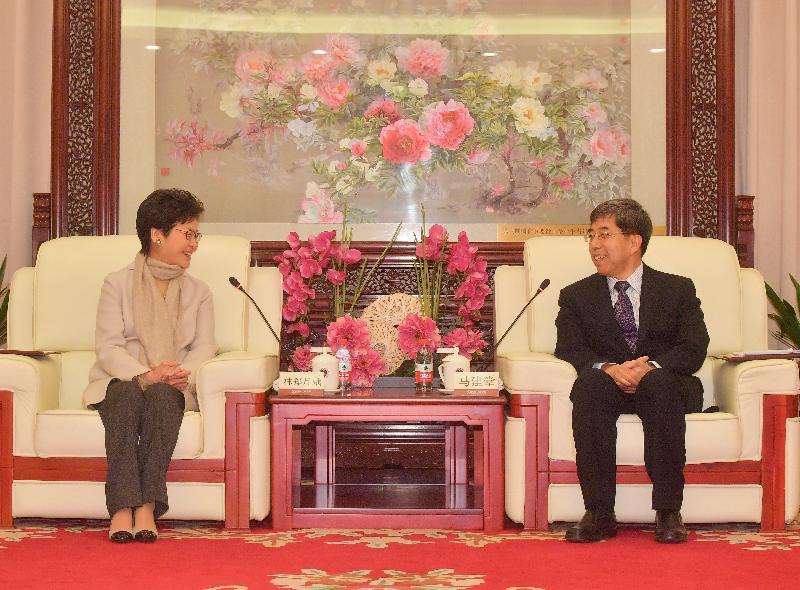 行政長官林鄭月娥(左)今日(三月六日)在北京與國家行政學院常務副院長馬建堂(右)會面。