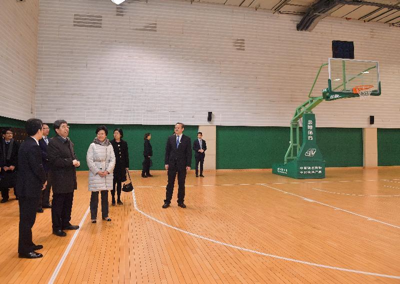 行政長官林鄭月娥今日(三月六日)在北京參觀國家行政學院。圖示林鄭月娥(左三)參觀學院設施。