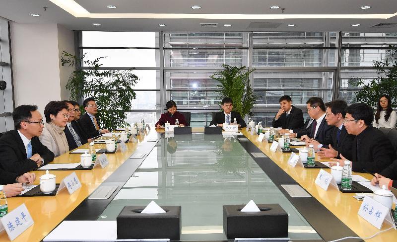 行政長官林鄭月娥今日(三月六日)在北京參觀清華科技園。圖示林鄭月娥(左二)與清華大學黨委副書記李一兵博士(右二)及清華控股有限公司董事長徐井宏(右一)會面。政制及內地事務局局長聶德權(左一)及行政長官辦公室主任陳國基(左三)亦有出席。