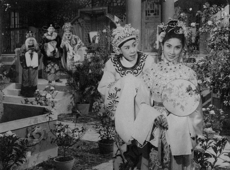 康樂及文化事務署香港電影資料館的「影畫早晨」節目將以「最佳拍檔之談談情」為題,選映六對為人熟悉的銀幕情侶的代表作。圖為《宮主刁蠻駙馬驕》(1957)劇照。
