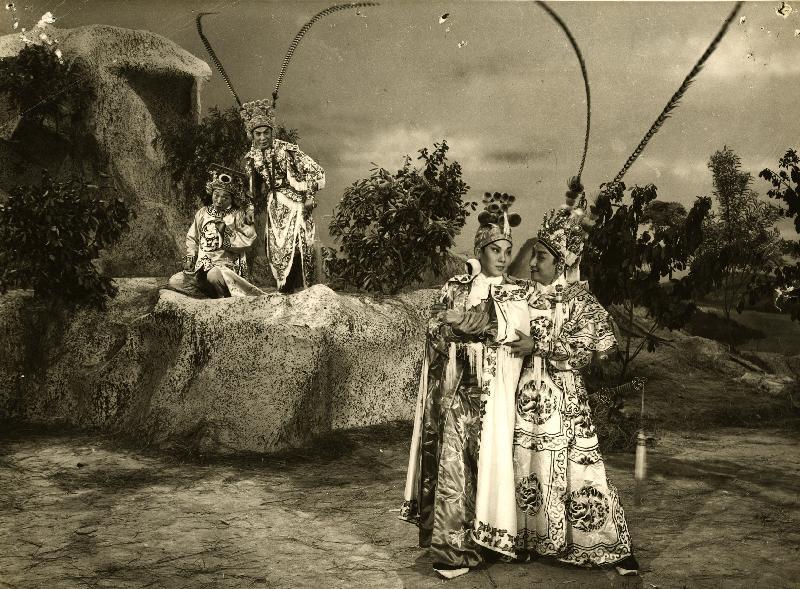 康樂及文化事務署香港電影資料館的「影畫早晨」節目將以「最佳拍檔之談談情」為題,選映六對為人熟悉的銀幕情侶的代表作。圖為《花木蘭》(1961)劇照。