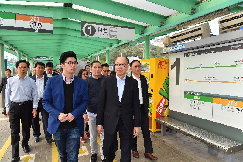 運輸及房屋局局長陳帆(前排右一)今日(三月七日)下午到訪屯門期間,實地視察屯門公路巴士轉乘站運作。
