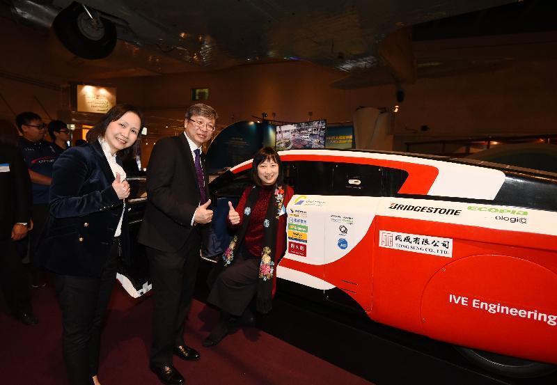 「SOPHIE——IVE的太陽能車驅動未來」展覽開幕典禮今日(三月十二日)在香港科學館舉行。圖示主禮嘉賓(左起)香港科學館總館長陳淑文、職業訓練局副執行幹事廖世樂博士和康樂及文化事務署署長李美嫦與SOPHIE VI太陽能車合照。